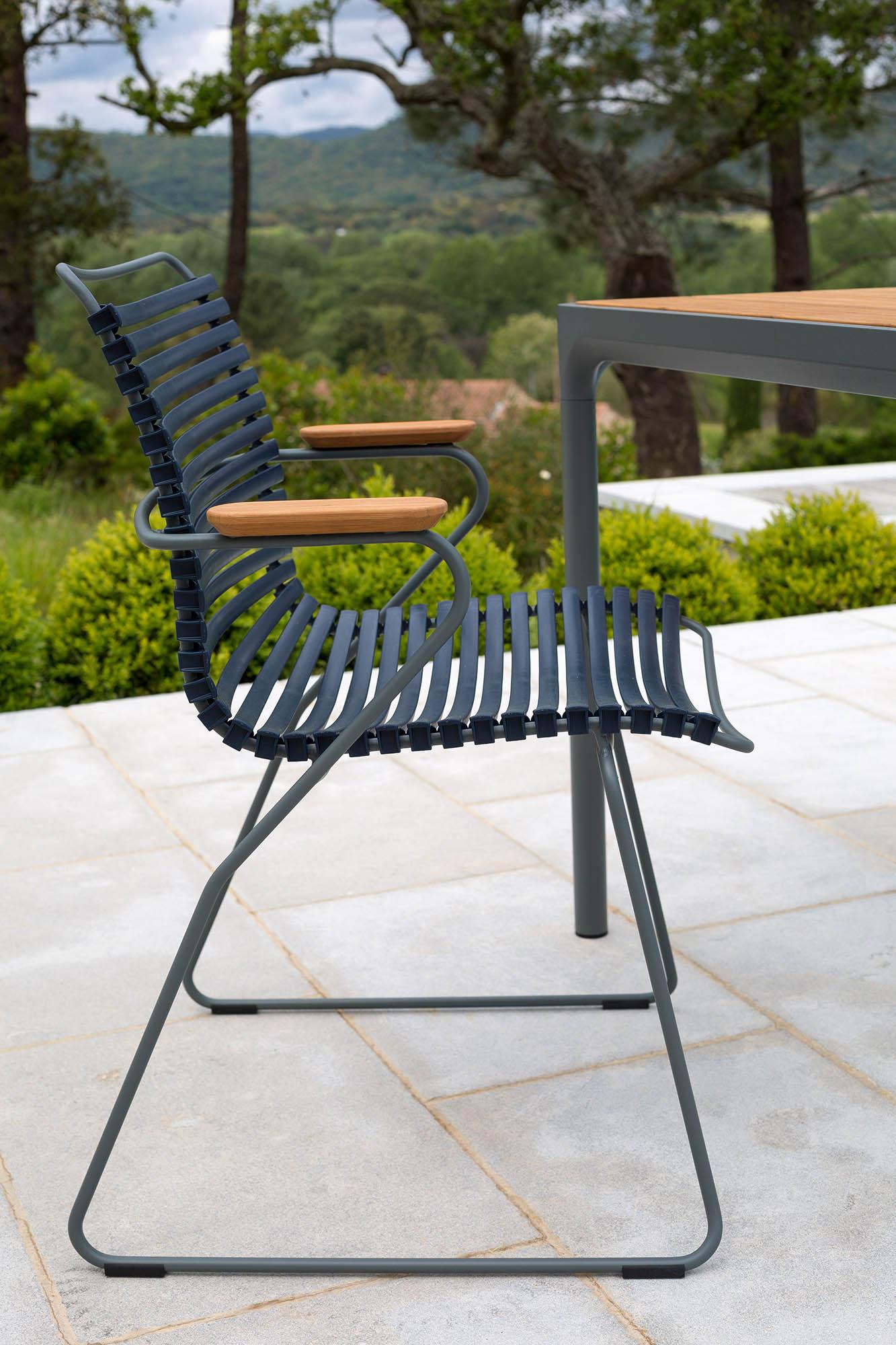 Click karmstol i svart från Houe.