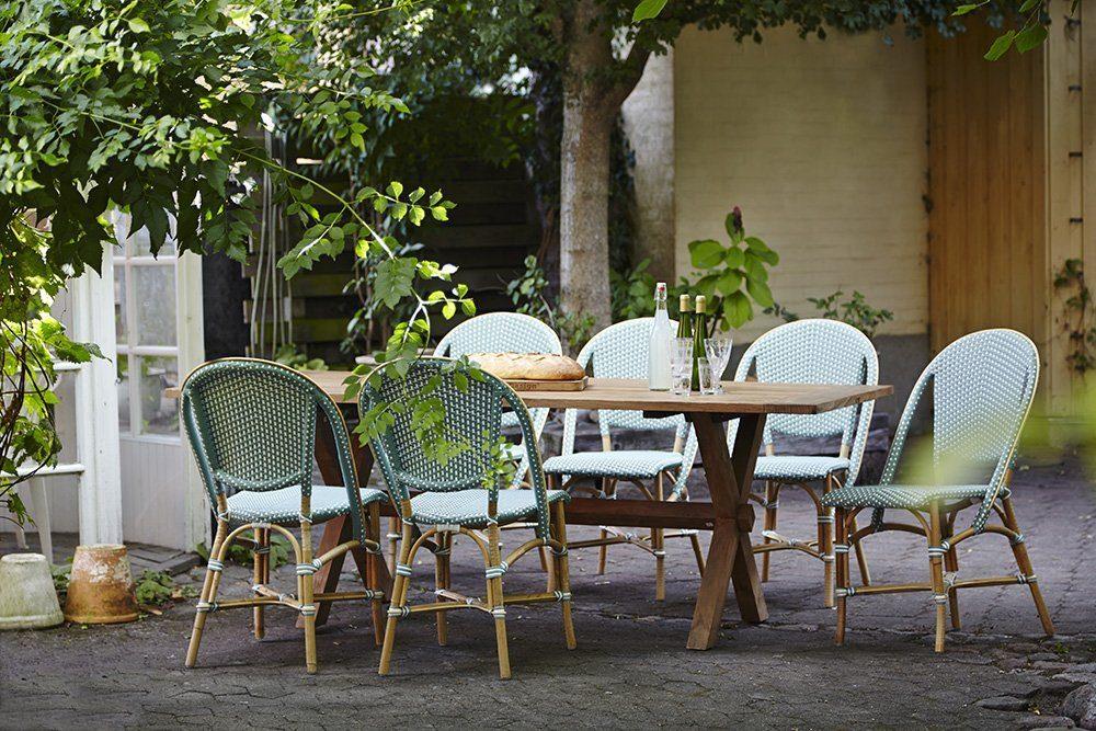 Miljöbild på grön Sofie stol och Colonial matbord i teak.