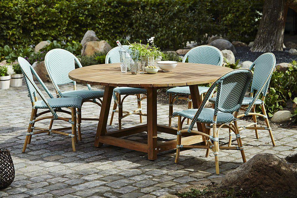 Miljöbild på grön Sofie stol och George matbord i teak.