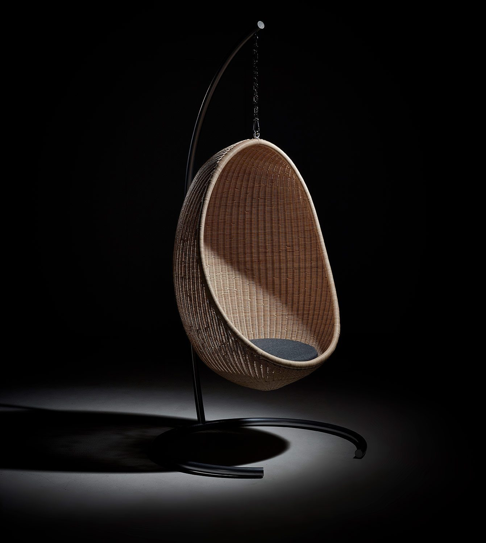 Hanging Egg Chair från Sika Design med Hanging Egg stand.