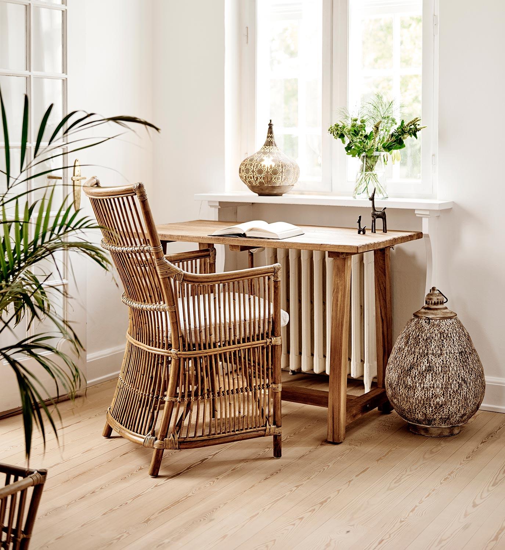 Da Vinci karmstol i antikfärgad rotting från Sika Design tillsammans med Lucas bord.