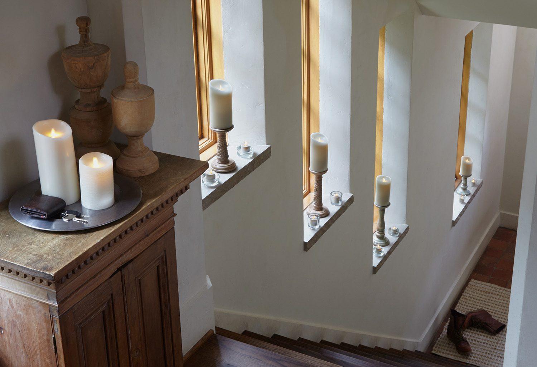 Miljöbild på luminaraljus i en trappa.