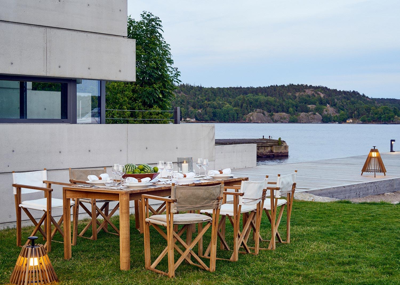 Kryss matstol i vitt med Korsö bord i teak.
