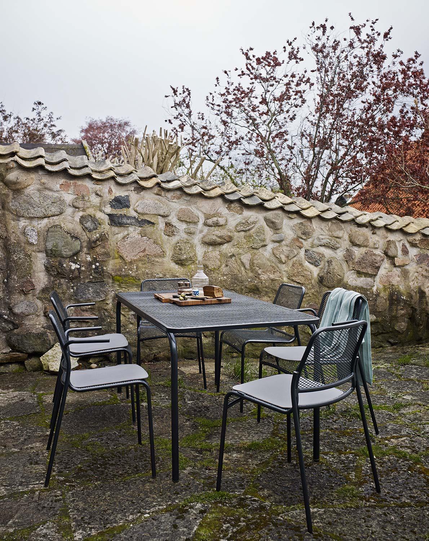 Mira karmstol och matstol tillsammans med tillhörande bord i antracit.
