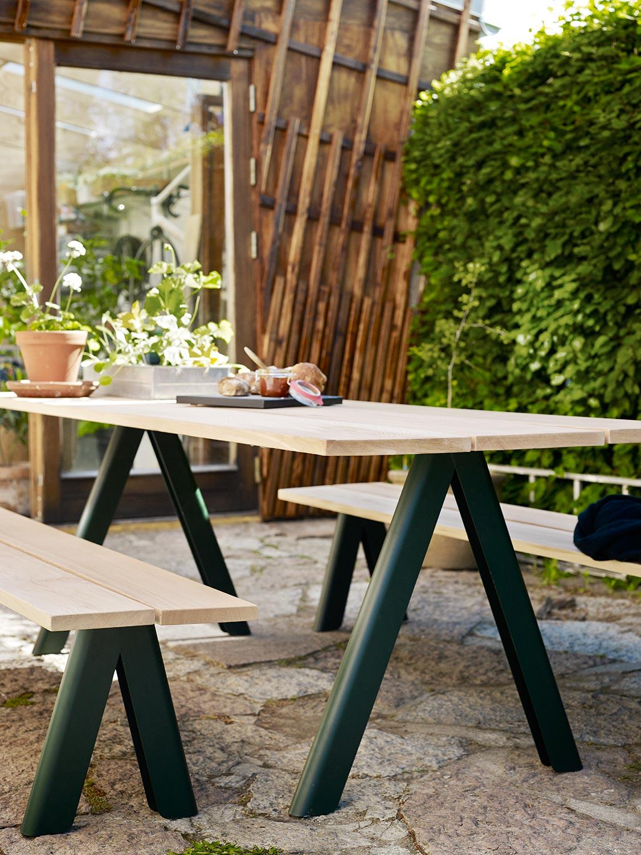 Overlap bänkar och bord från Skagerak i skogsgrönt.
