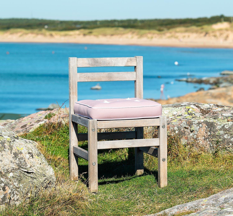 Teakstol från Fri Form med en rosa sittdyna.