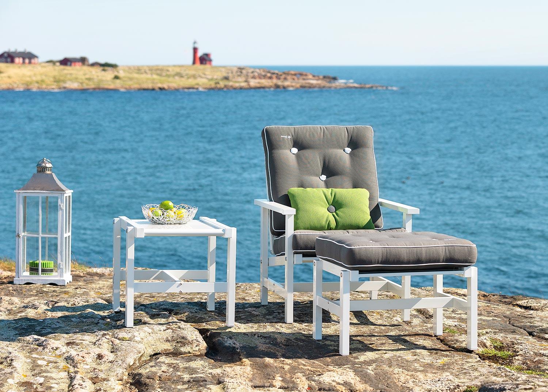 Fåtölj, pall och sidobord från Fri Form i vit aluminium med grå dynor.