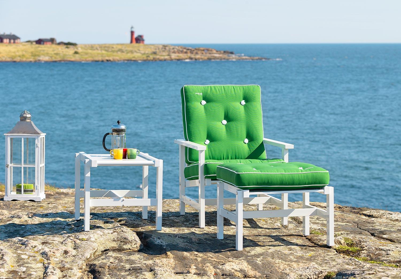 Fåtölj, pall och sidobord från Fri Form i vit aluminium med gröna dynor.