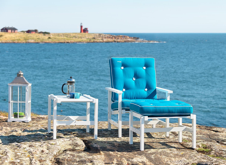 Fåtölj, pall och sidobord från Fri Form i vit aluminium med turkosa dynor.