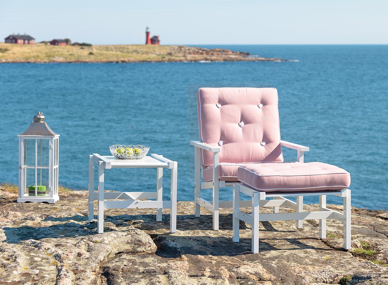 Fåtölj, pall och sidobord från Fri Form i vit aluminium med rosa dynor.