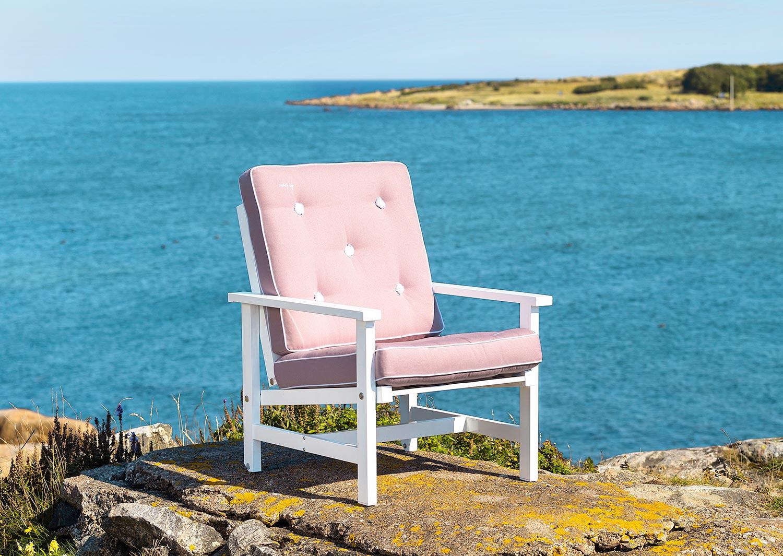 Fåtölj i vit aluminium med rosa dyna från Fri Form.