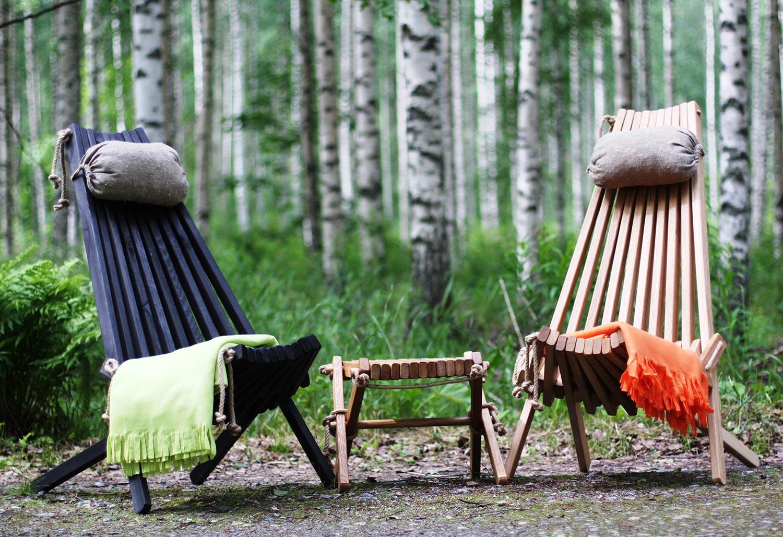 Ribbon vilstolar från Brafab i svart och natur med fotpall och nackkuddar.