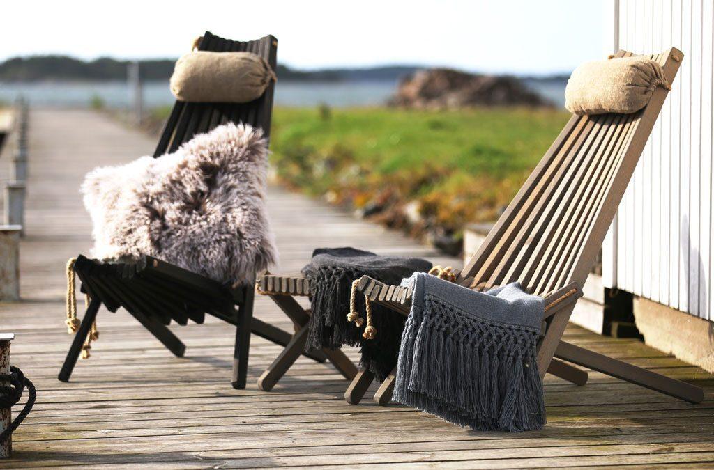 Ribbon vilstolar från Brafab i svart och grått med tillhörande nackkudde och fotpall.