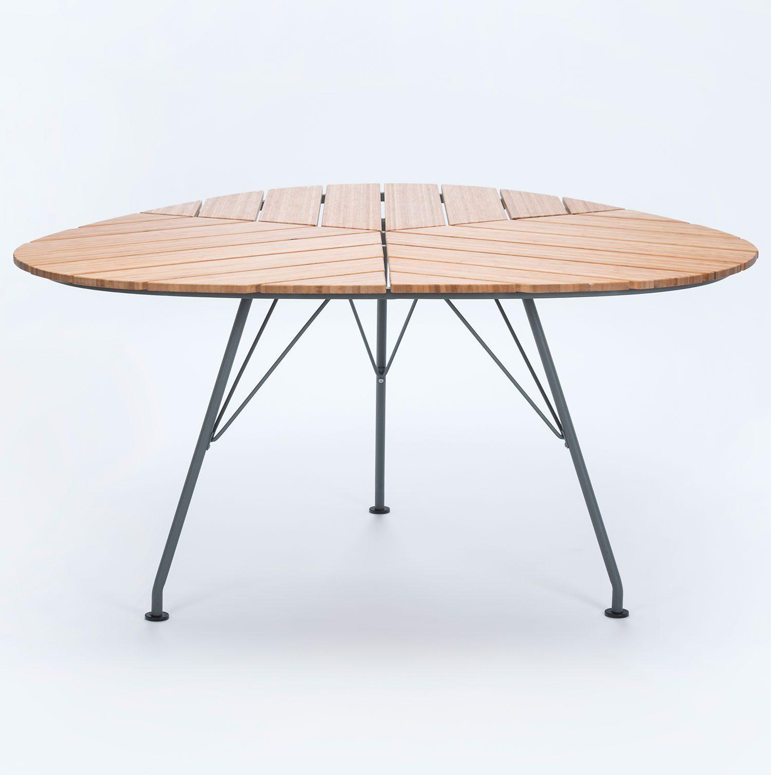 Leaf är ett trekantigt bord från danska Houe med bambuskiva och stålstativ.
