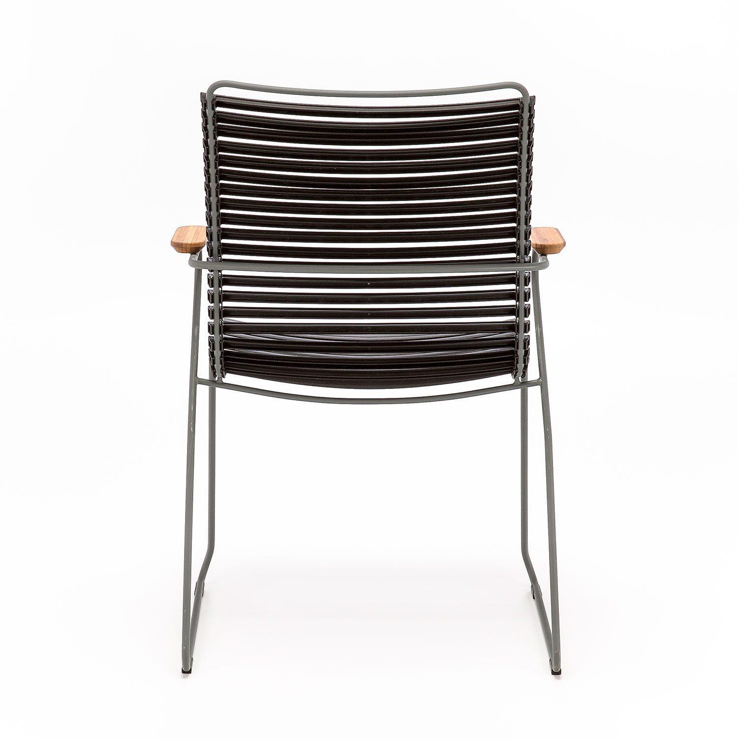 Click karmstol med hög rygg och svarta lameller i plast.