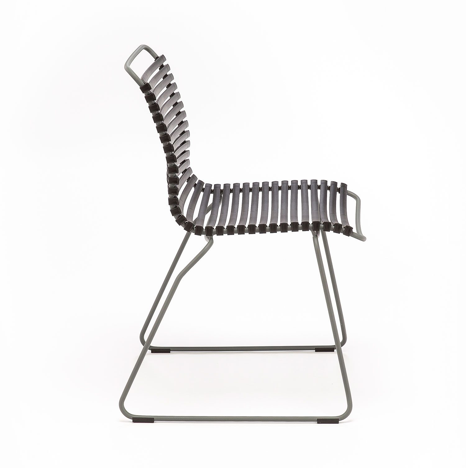 Click matstol utan armstöd med svarta plastlameller från Houe.