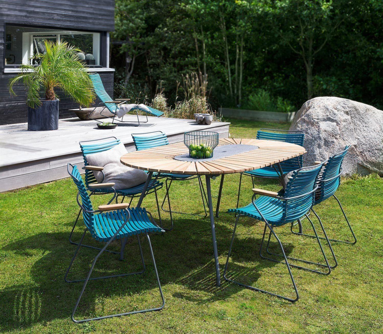 Click karmstol i blått tillsammans med Eclipse bord.