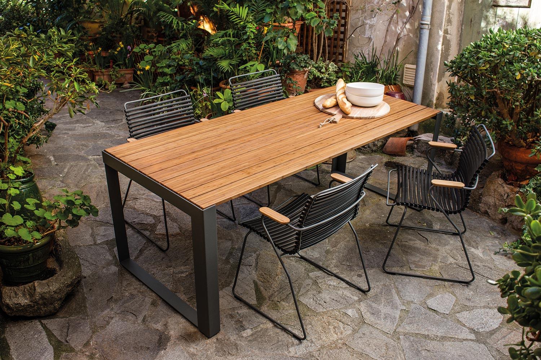 Click karmstol i svart tillsammans med Sparewood bord i bambu.