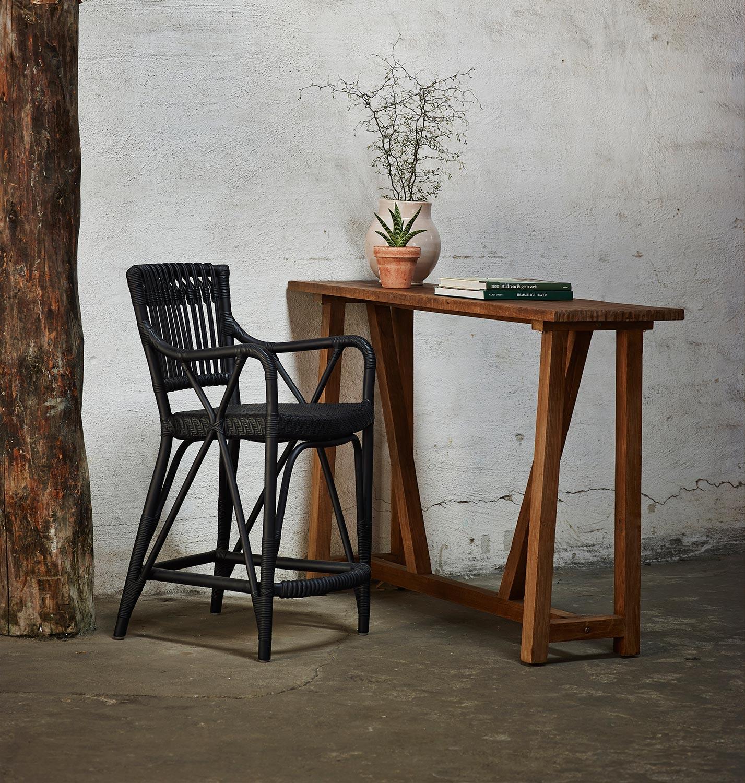 Konsolbord i återvunnen teak tillsammans med Blues barstol.