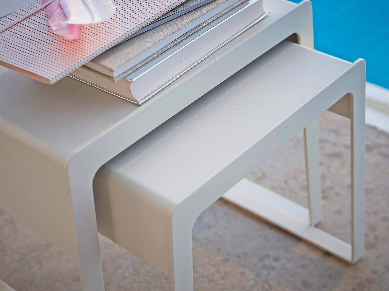 Chill-Out sidobord i vitlackad aluminium från Cane-line.