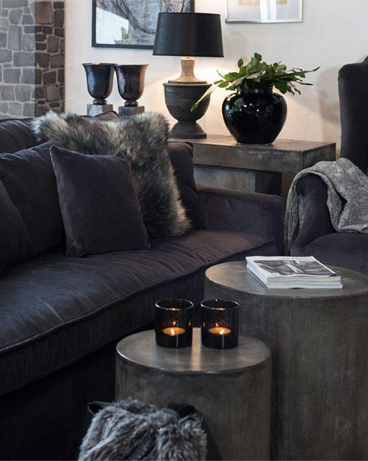 Asheville soffa i sammet från Artwood tillsammans med Doloma sidobord.