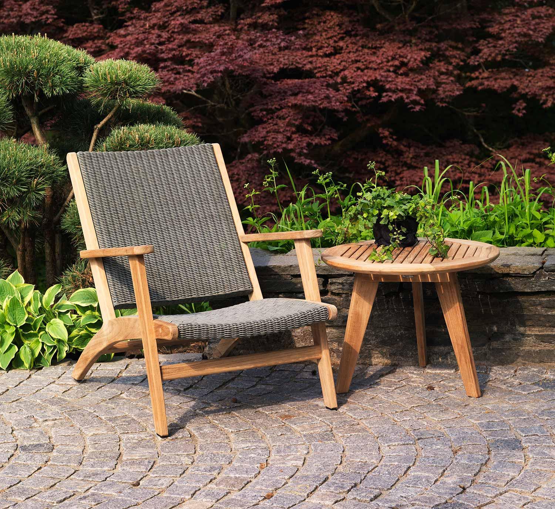Kira relaxstol med Kastos sidobord i teak från Brafab.