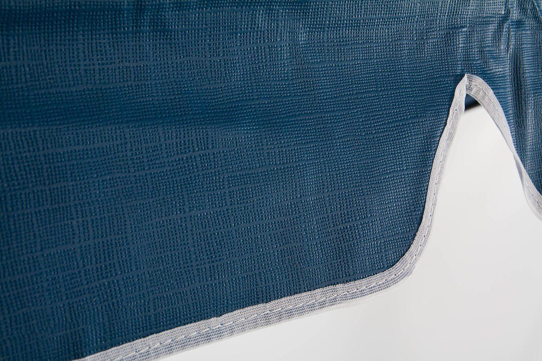 Detaljbild på hammocktak i blå PVC-plast.