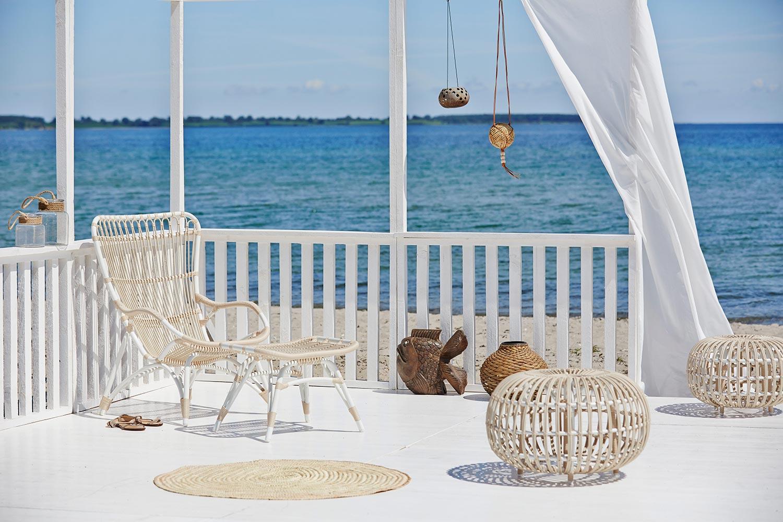 Monet vilstol, fotpall och ottoman i vit aluminium och beige konstrotting från Sika Design.
