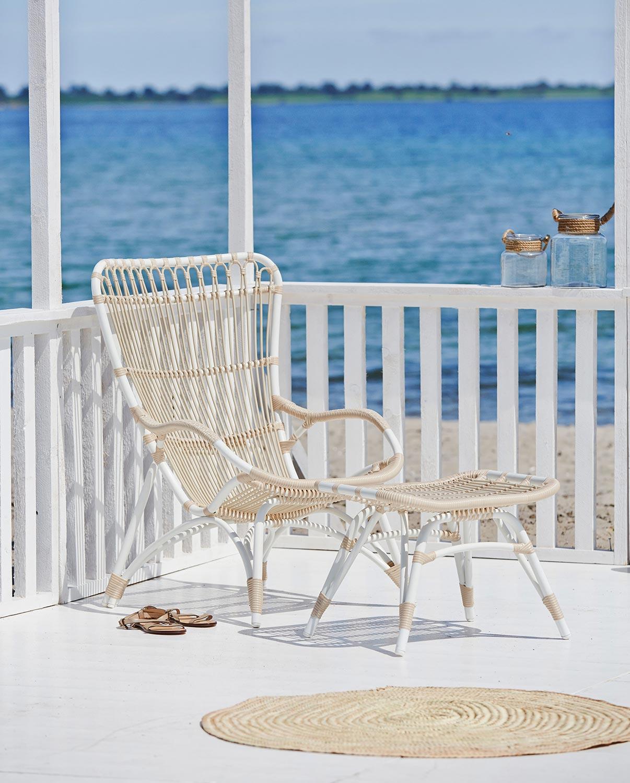 Monet vilstol och fotpall i vit aluminium och beige konstrotting från Sika Design.