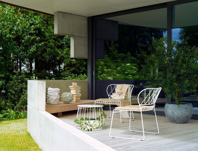 Resö loungefåtölj i vitt med tillhörande loungebord och sittdynor i naturfärgat Sunbrella tyg från Skargaarden.