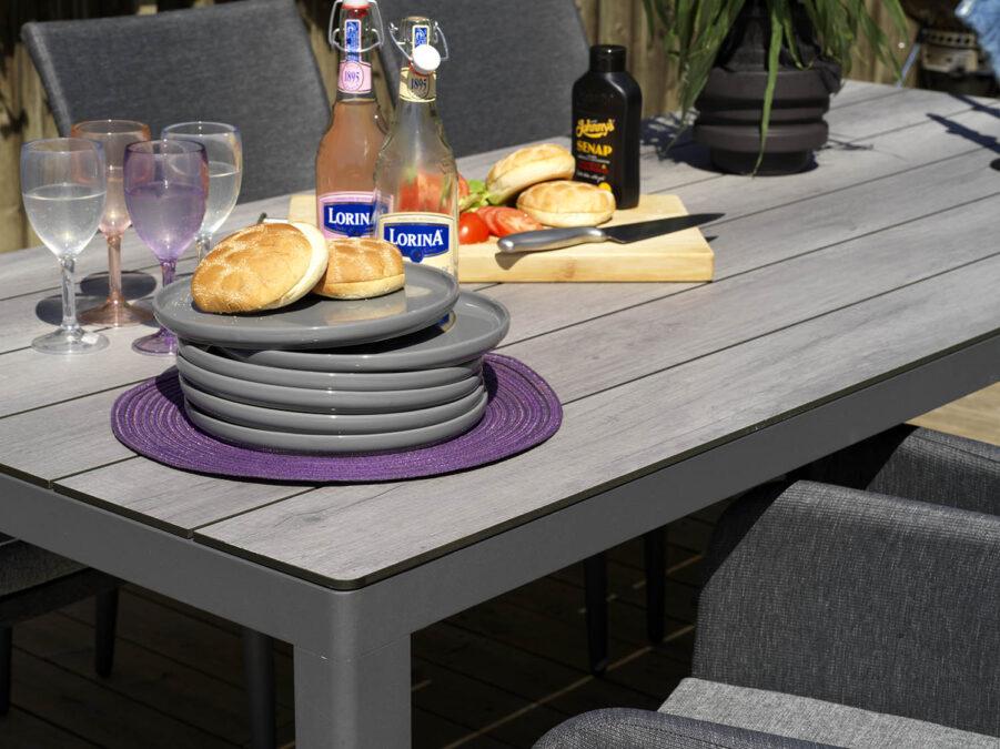 Detaljbild på Rodez matbord i antracitgrått.