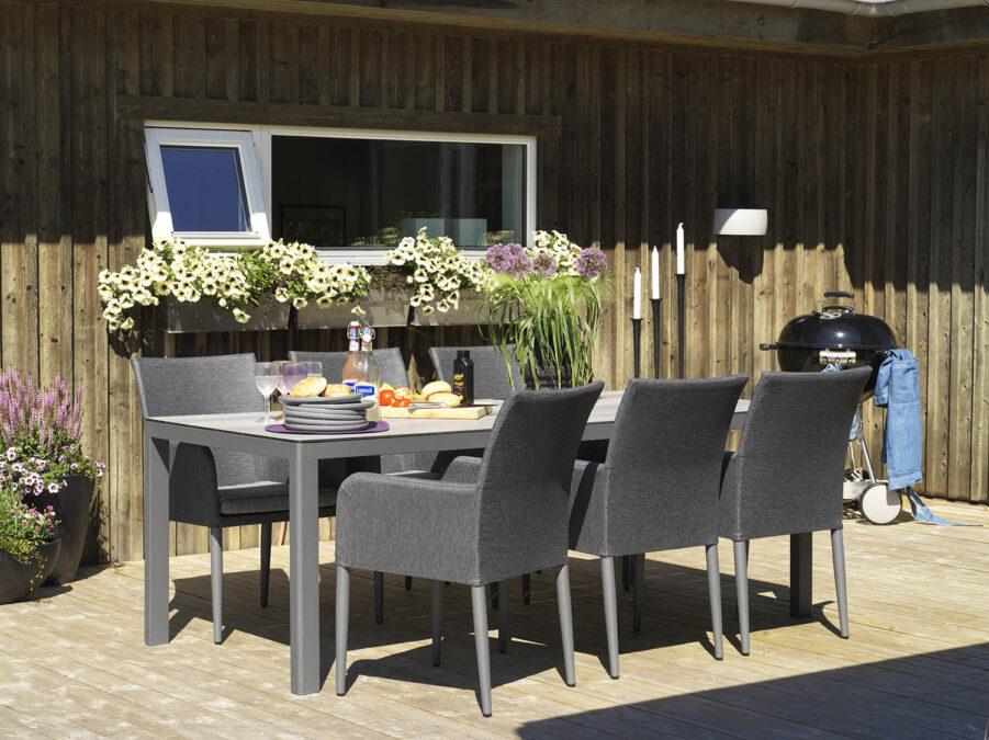 Miljöbild på Rodez matbord i Antracit med Callander karmstol.
