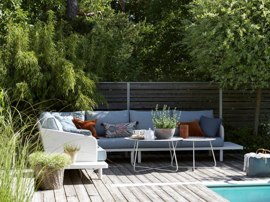 Miljöbild på hörnsoffa med två stycken Taverny-soffbord.