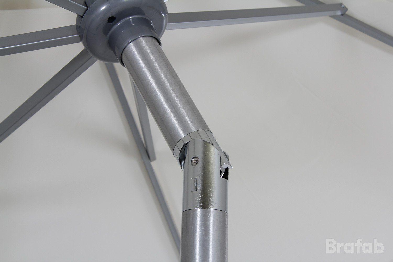 Detaljbild på Andria tiltbart parasoll i silver och ljust beige från Brafab.