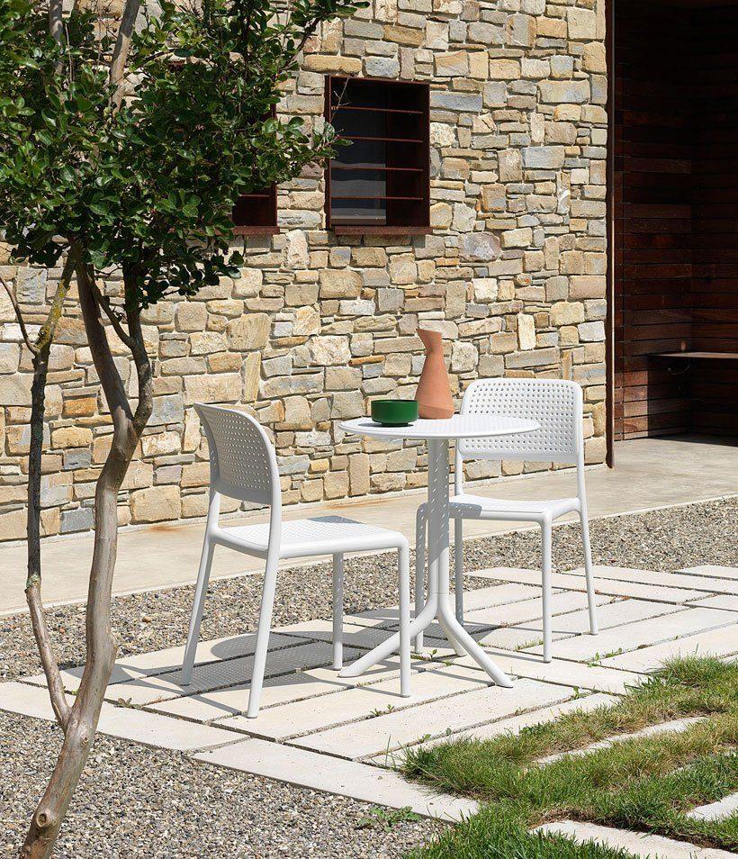 Step sidobord med Bora karmstol i vitt från Brafab.