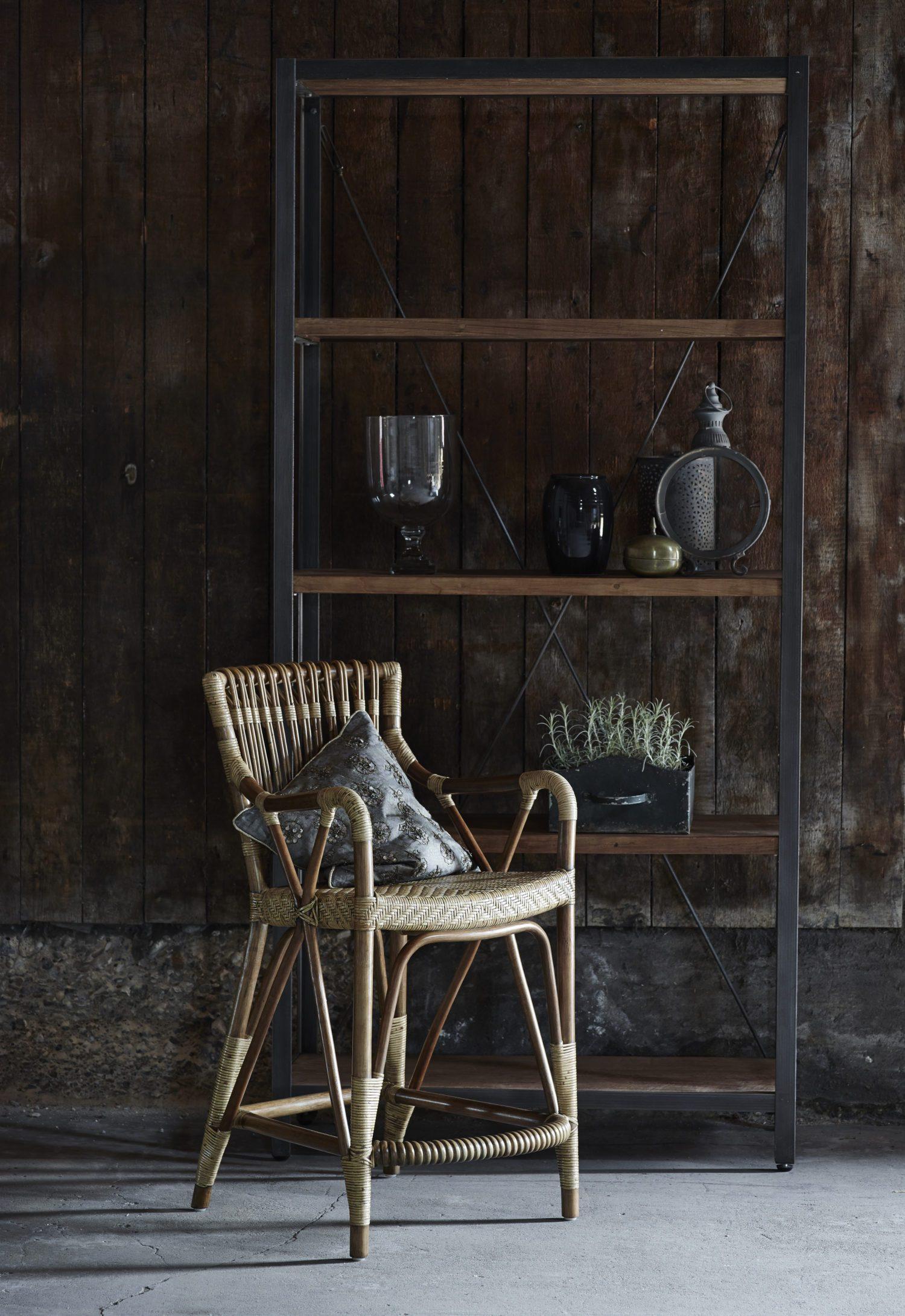 Blues barstol och Shelly bokhylla.
