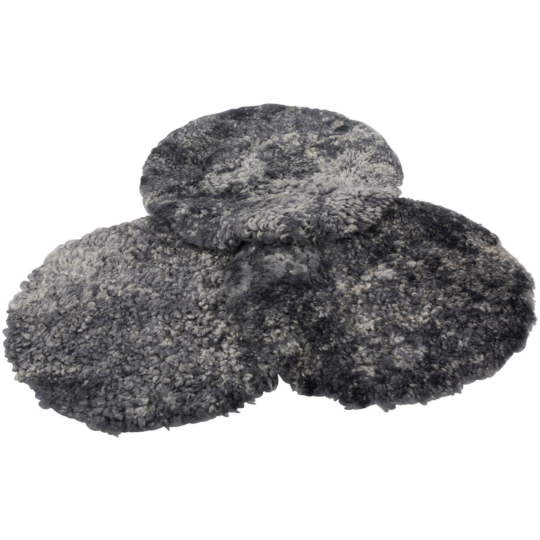Tre rondeller av fårskinn i grått från Donnia Skinn.
