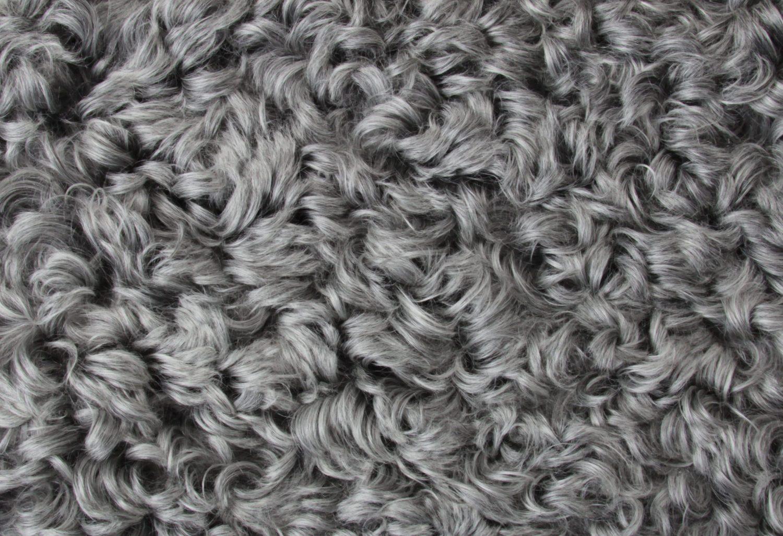 Närbild på grått fårskinn från Donnia Skinn.
