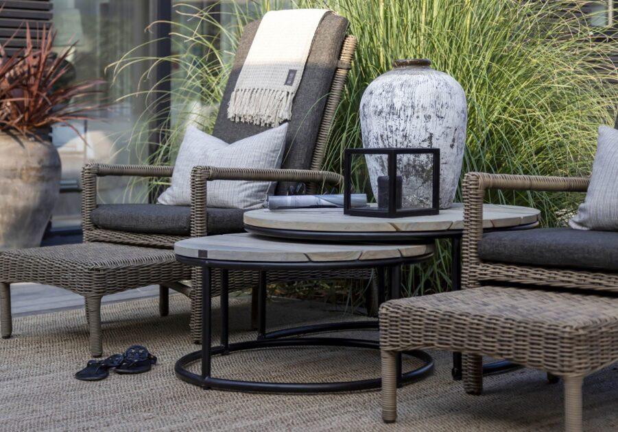 Miljöbild på solstolarna Tampa med soffbordet Anson..