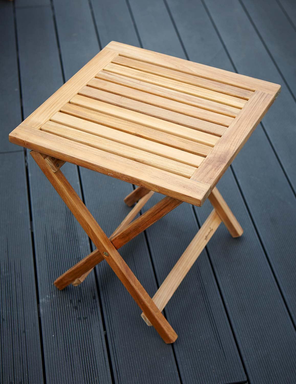 Hanö sidobord i teak med måtten 45x45 cm i teak.