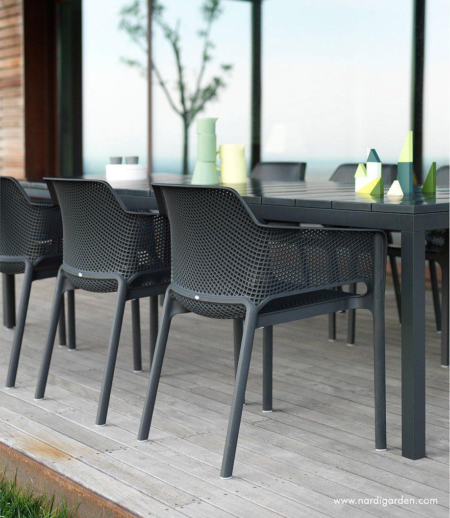 Net karmstol i antracitgrått med Rio matbord från Brafab.