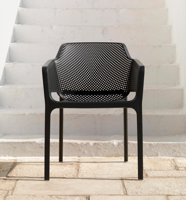 Net karmstol i svart från Brafab.