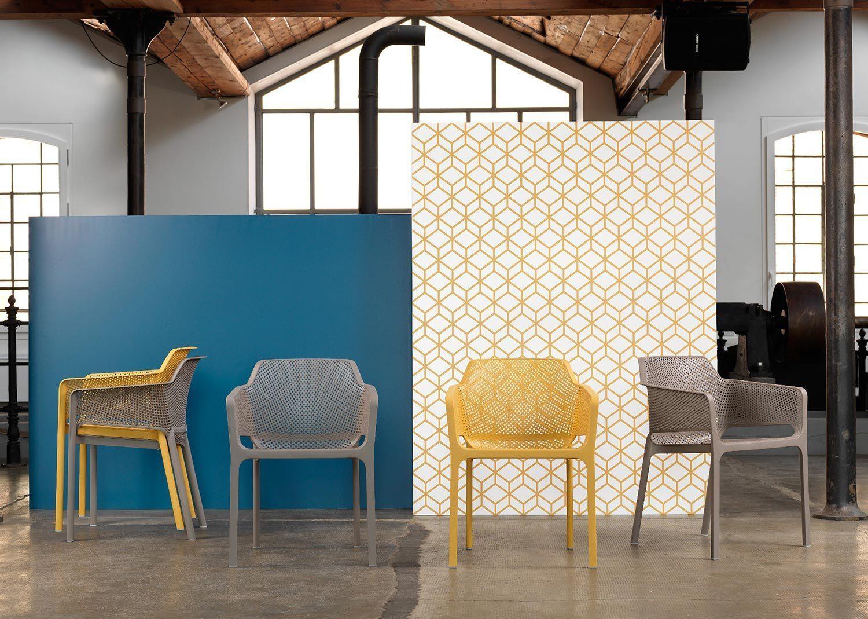 Net karmstol i blandade färger från Brafab.