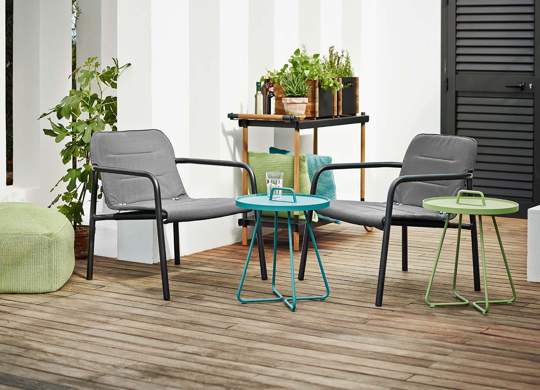 Kapa lounge stol med On-the move bord och Divine fotpall från Cane-line.