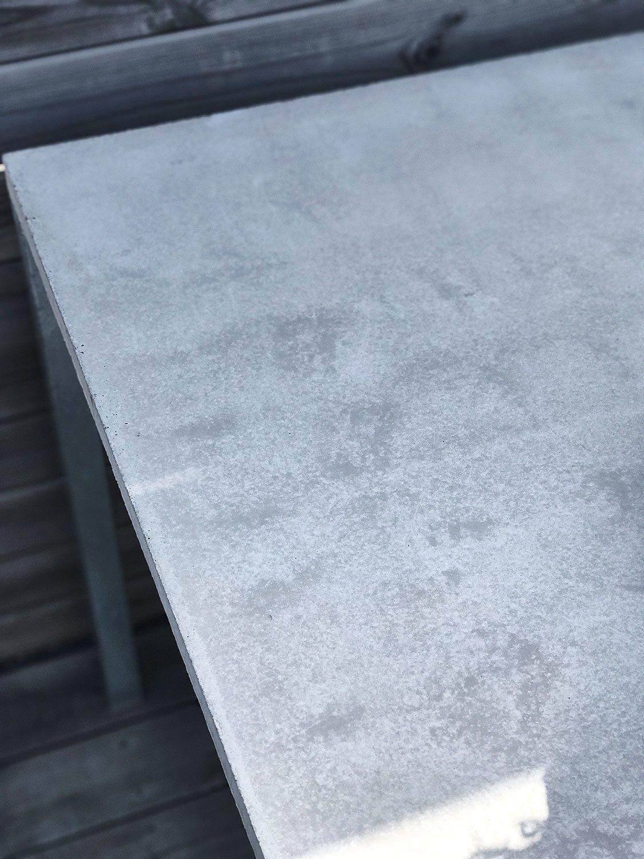 Detaljbild på ett matbord i betong och galvaniserat benstativ från Grafitgrå.