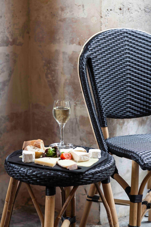 Sofie stol från Sika Design i svart konstrotting med rottingstomme.