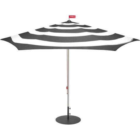 Stripesol parasoll från Fatboy i antracit.