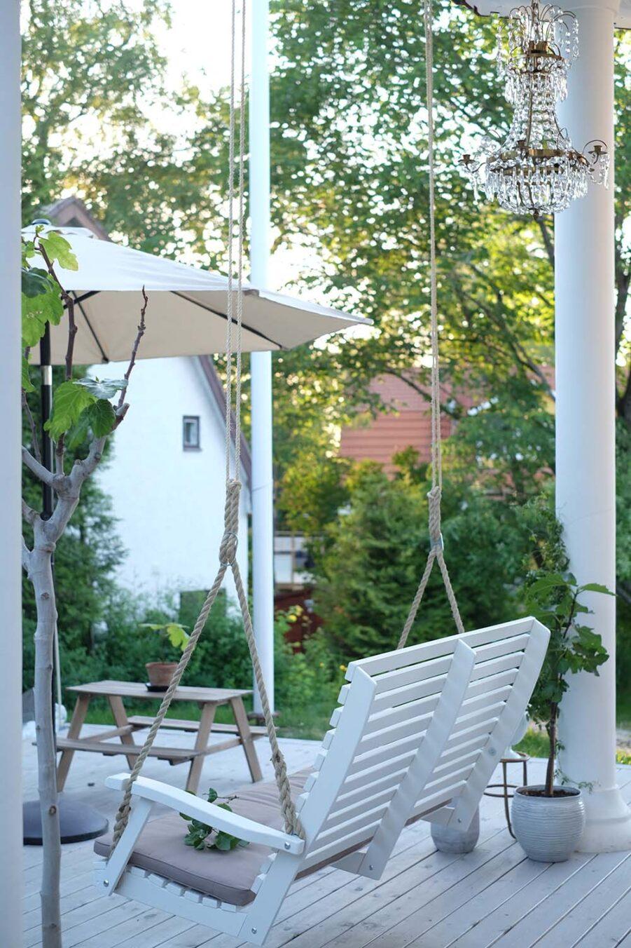 Miljöbild på den hängande soffan Marstrand från Hillerstorp.