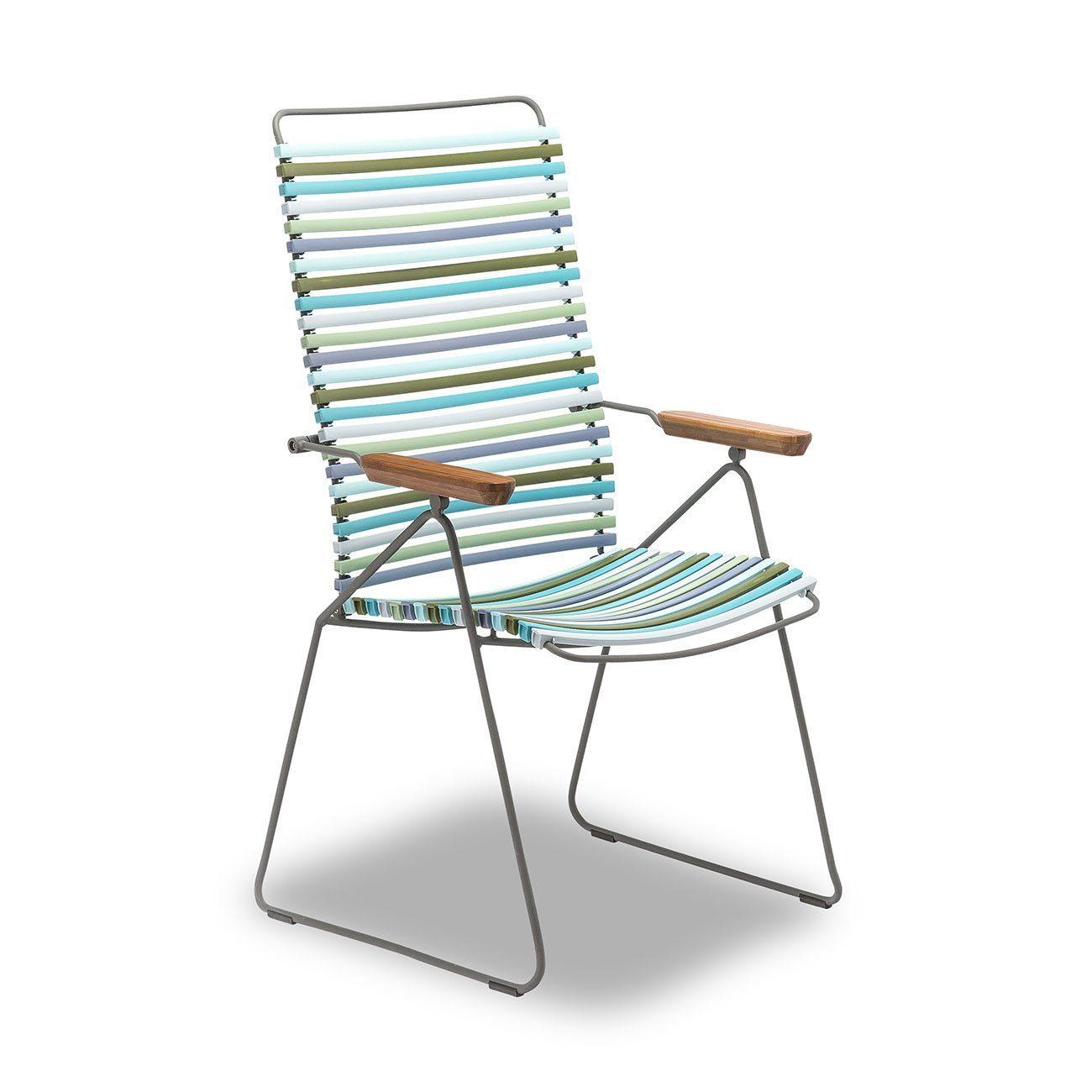 En click positionsstol från Houe i olika nyanser av grön och blå.