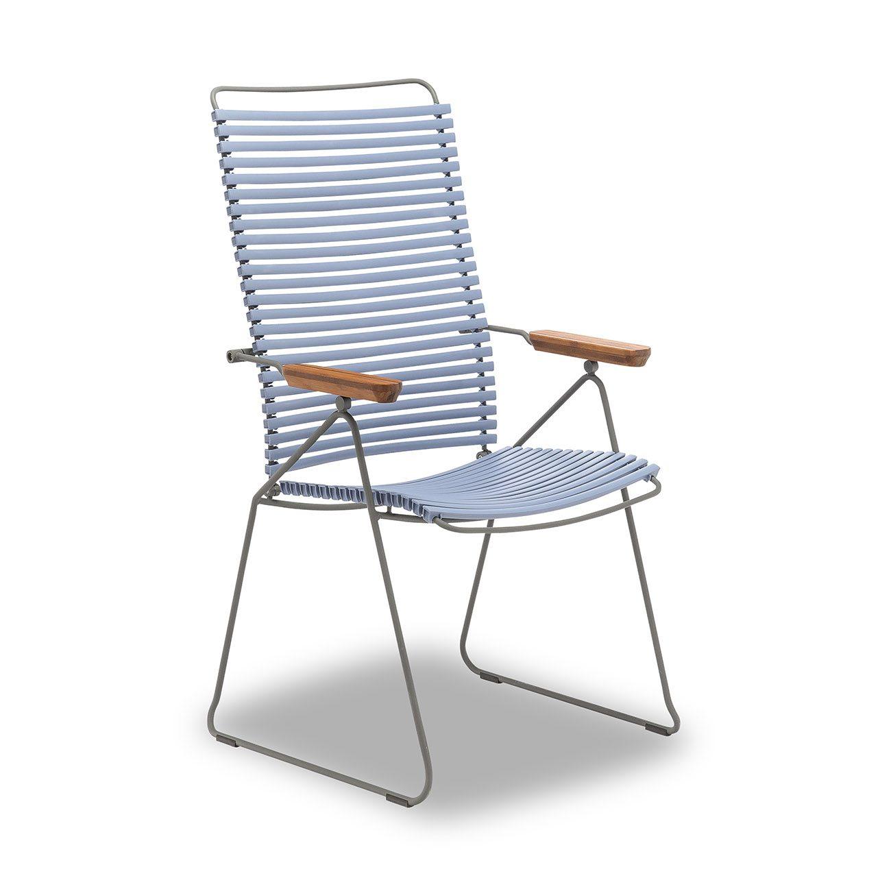 I duvblå färg och med armstöd i bambu ser ni Houes click positionsstol.